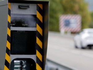 Contester un exces de vitesse radar fixe implique de bien connaitre les radars fixes : Help Avocat vous dit tout sur ces équipements et sur l'amende radar fixe.