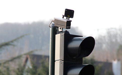 Pour contester un PV radar feu rouge, faites appel à Help Avocat, qui vous dit tout du radar feu rouge : amende, fonctionnement…