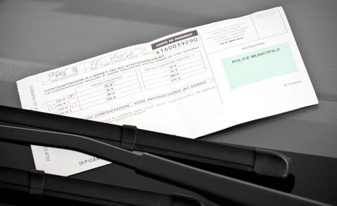 Qui dit contester amende stationnement dit délais à respecter et arguments à déployer : Help Avocat vous explique comment contester une amende de stationnement.